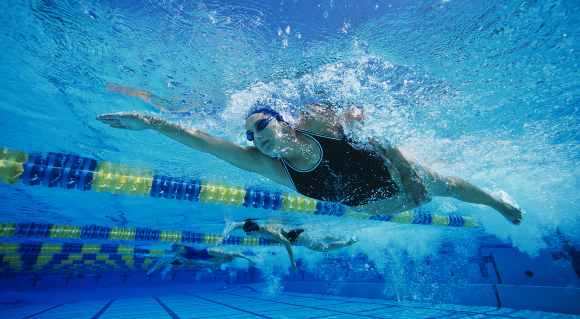 שחייה מאומצת אחרי ארוחה עלולה לגרום לאי נעימות, אך אינה מסוכנת. תחרות שחייה | צילום: Shutterstock