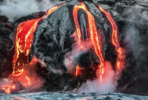 לבה זורמת לים בהתפרצות ב-2018 | צילום: Maridav, Shutterstock