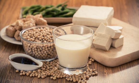 הגבינה של אסיה: חלב סויה, פולי סויה וסוגים שונים של טופו | צילום: naito29, Shutterstock