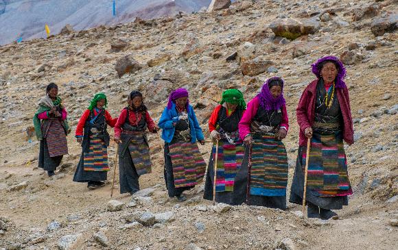 נשים מבוגרות בתהלוכה דתית בטיבט | צילום: Almazoff, Shutterstock