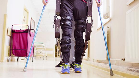 אדם הולך במסדרון בית חולים עם שלד מלאכותי על רגליו   Shutterstock, Ivan Chudakov