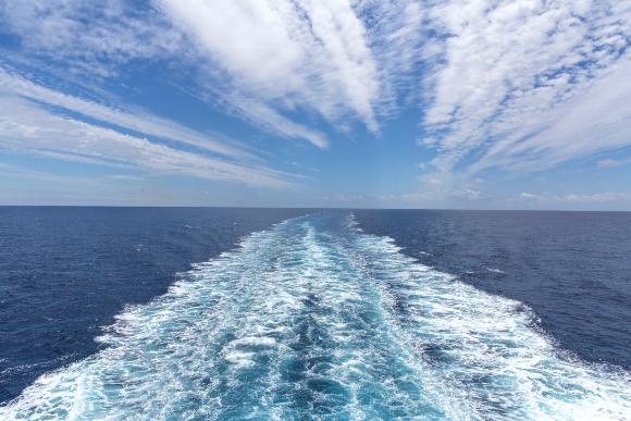 השינויים במבנה הענן מתקיימים רק זמן קצר. שובל ספינה באוקיינוס ומעליו עננים. צילום:  Ihor Serdyukov, Shutterstock