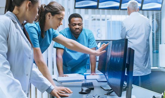 רופאים מנתחים סריקות
