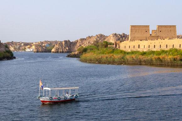 ספינה בנילוס ליד מקדש פילה | צילום: Shutterstock
