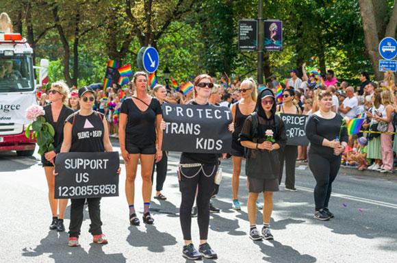 מפגינים למען הגנה על ילדי טרנס במצעד הגאווה בסטוקהולם, בירת שוודיה, ב-2018 | צילום: Shutterstock