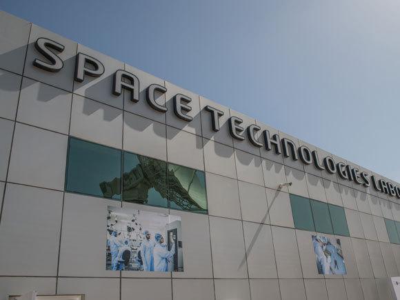 סוכנות החלל של איחוד האמירויות אמונה על פיתוח תעשיית החלל על ידי שיתופי פעולה בינלאומיים, מימון מסלולים אקדמיים ופיתוח משימות חלל מחקריות. מקור: אתר סוכנות החלל של איחוד האמירויות