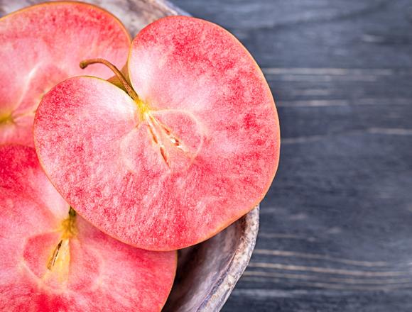 זן תפוח שבו יש הצטברות של אנטוציאנינים גם בציפת הפרי, ולא רק בקליפה | Shutterstock, Kvitka Nastroyu