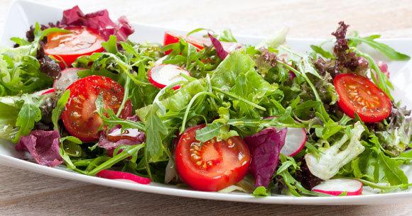 מבחינה בוטנית העגבנייה היא פרי, אבל מבחינה קולינרית זה ממש לא סלט פירות. סלט חסה ועגבניות | צילום: Silvia Bogdanski, Shutterstock