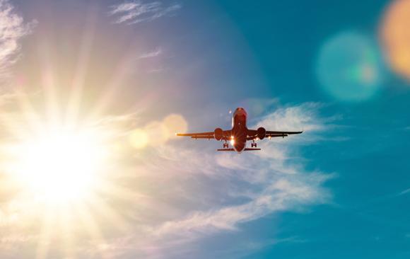 צילום של מטוס בשמים על רקע השמש | Shutterstock, bez_bretelky