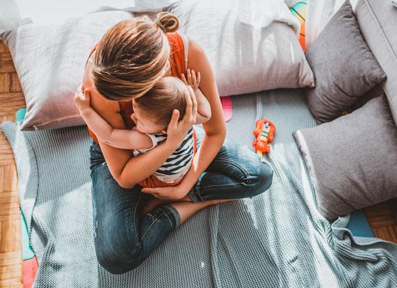 אם מחבקת את תינוקה | Shutterstock