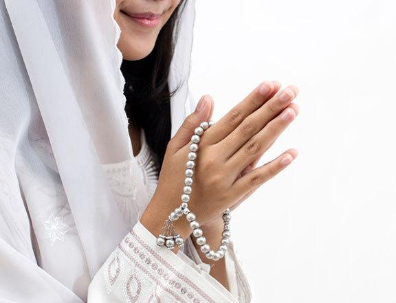 אישה מוסלמית עם מחרוזת תפילה | Lili Aini, Shutterstock