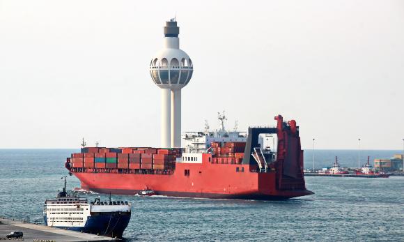 שילוב בין הגזים הטבעיים להגברת השיט עלול לגרום לזיהום אוויר מסוכן. אניית משא בנמל ג'דה בסעודיה | צילום: IVAN KUZKIN, Shutterstock