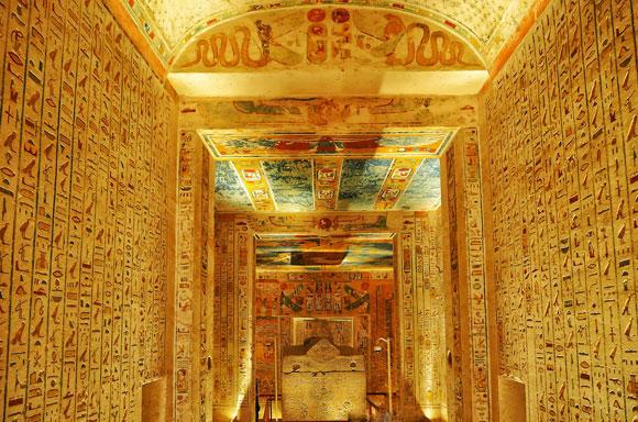 הנשים הזקנות זכו למעמד מיוחד, כמו של גברים. אתר קבורה בעמק המלכים במצרים | צילום: kritsadap, Shutterstock