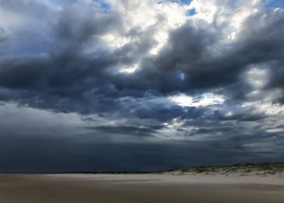 מאות טונות של מים מרחפים באוויר בזכות הגודל הזערורי של הטיפות. ענני גשם | צילום: Shutterstock