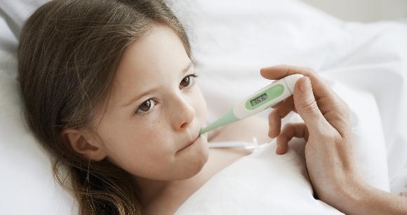 ילדה מודדת חום במדחום דיגיטלי | צילום: sirtravelalot, Shutterstock