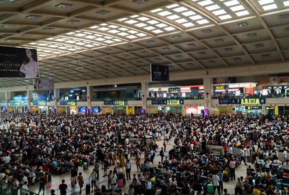 תחנת רכבת הומה מאדם בווהאן, סין, כמה שבועות לפני התפרצות המגפה | צילום: Maciej Zarzeczny, SHutterstock