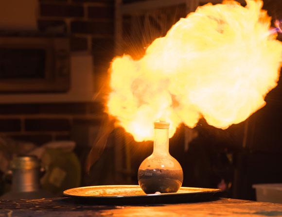 הכשלונות נשארים במגירה. אש במעבדה | Alexandr Grant, Shutterstock