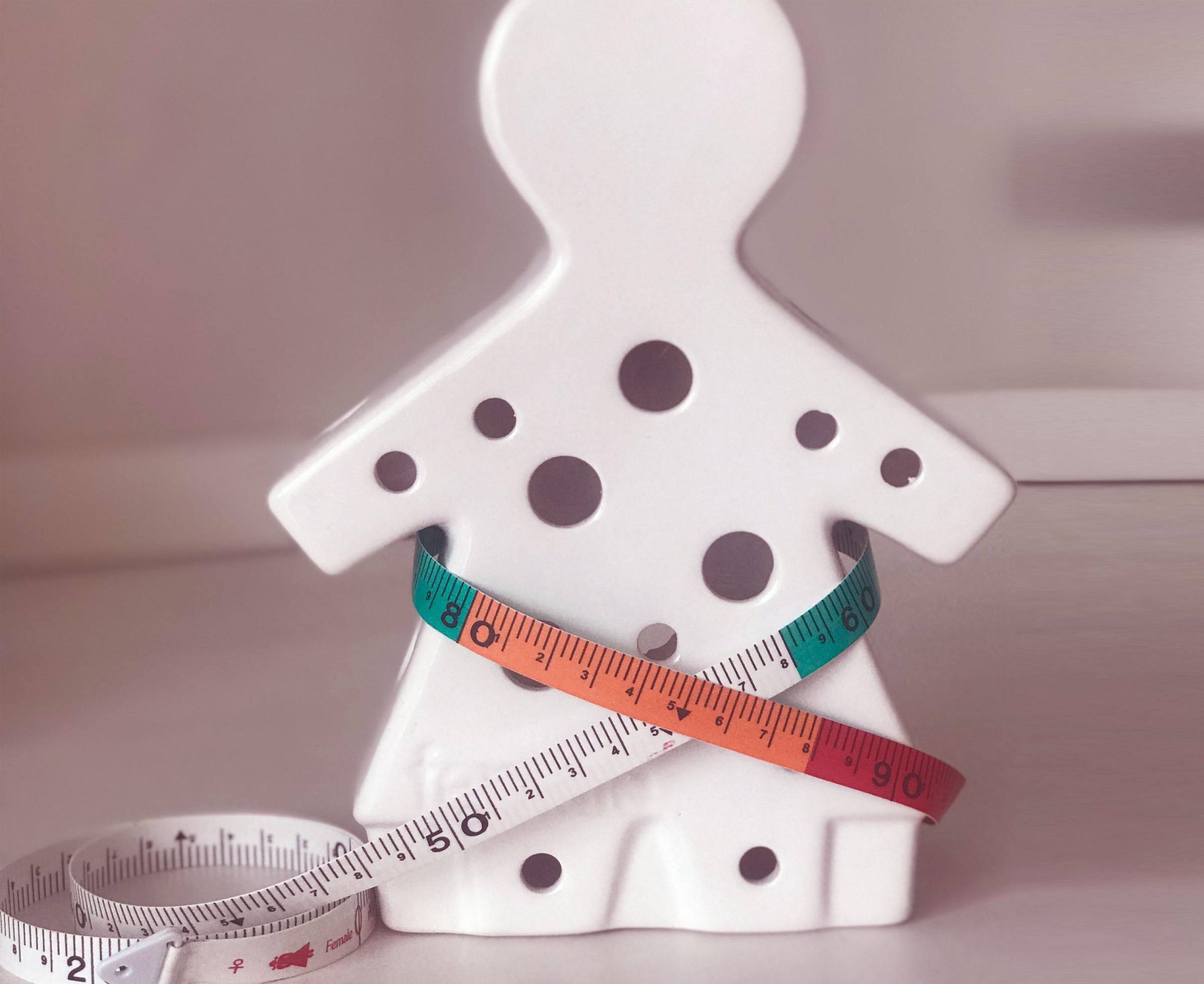 שומן בטני עלול להיות קשור למחלות, גם כשה-BMI תקין. מדידת היקף המותניים | צילום אילוסטרציה: Dao_Duangkamol, Shutterstock