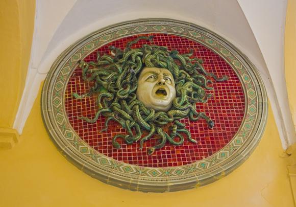 פסל של ראשה של מדוזה במוזיאון בעיר פזארו, איטליה | Shutterstock, lindasky76