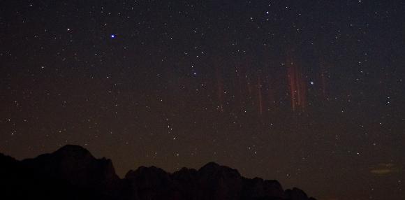 התפרצויות של פלזמה אדומה שצולמו מעל האלפים האיטלקים | צילום: Menno van der Haven, Shutterstock