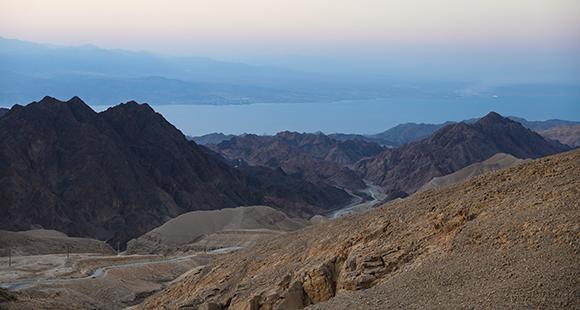 הרים מסיביים ומחודדים בעלי גוון אדמדמם. מבט אל הזריחה בהר שלמה, מעל מפרץ אילת | צילום:  rontav, Shutterstock