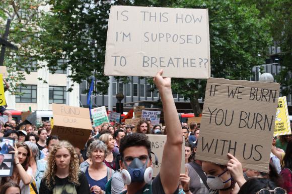 מפגינים בסידני מוחים על אוזלת ידה של ממשלת אוסטרליה בהתמודדות עם השריפות | צילום: Shutterstock