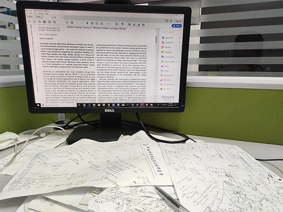 מאמר מדעי על צג המחשב, ולפניו רישומים ושרבוטים | צילום אילוסטרציה:  WhiteLife, Shutterstock