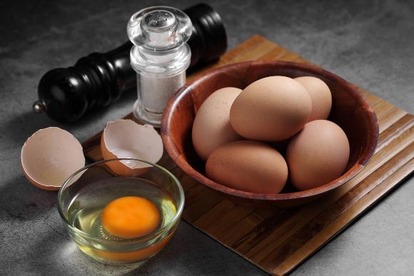 לא נורא אם שוכחים להוסיף את המלח לפני הטיגון. ביצים ומלח | צילום: seksan wangjaisuk, Shutterstock