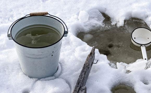 דלי של מי קרח | צילום: Semiglass, Shutterstock