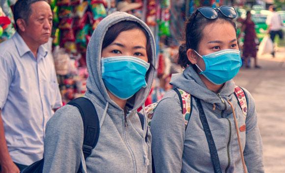 עד שיימצא חיסון, ההגנה הטובה ביותר היא מניעת הדבקה. צעירות בווייטנאם עם מסכות פנים | צילום: Shutterstock