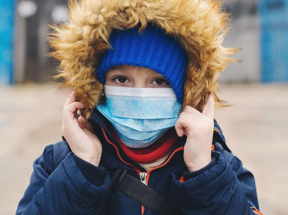 ילד בסין עם מעיל ומסכת פנים | צילום: Volurol, Shutterstock