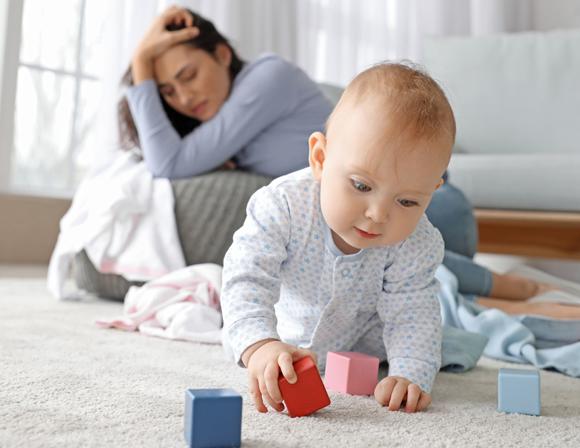 תינוק חמוד ואישה הסובלת מדיכאון אחרי לידה | צילום: Pixel-Shot, Shutterstock