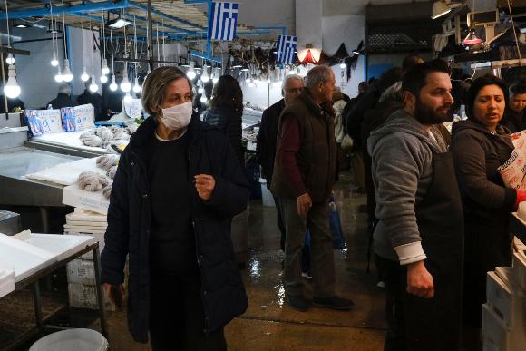 קניות בשוק באתונה בימי הקורונה | צילום: Alexandros Michailidis, Shutterstock