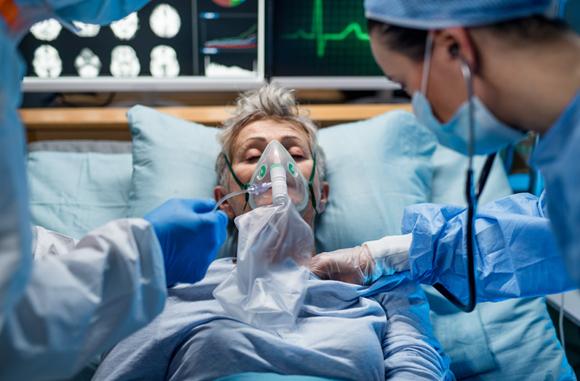 חולת קורונה מקבלת העשרה בחמצן | צילום: Halfpoint, Shutterstock