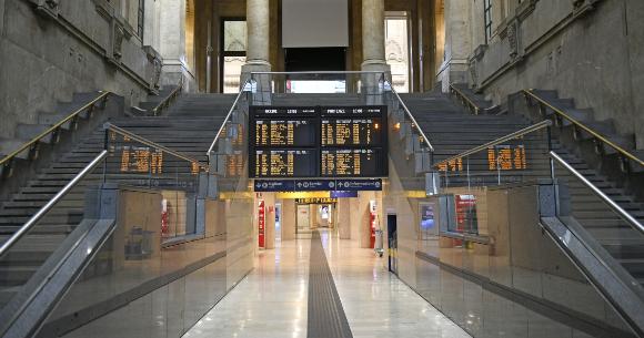 העולם הפך למקום שקט יותר עם צמצום התחבורה. תחנת הרכבת המרכזית במילאנו, איטליה ריקה מאדם | צילום: Paolo Bona, Shutterstock