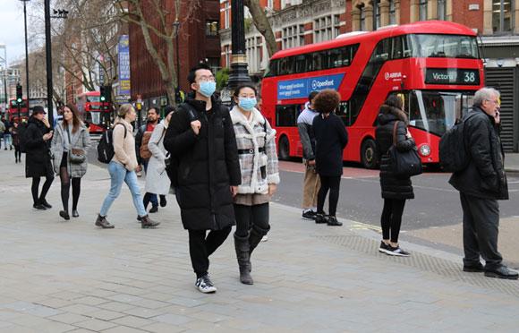 מסתמכים על הנחה שהצעירים מוגנים. אזרחים בלונדון | צילום: MARCIO DELGADO, Shutterstock