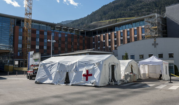 בית חולים שדה בעיירה בוצן באיטליה | צילום: faboi, Shutterstock