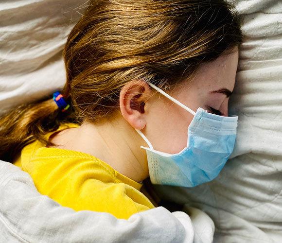 נערה ישנה עם מסכת פנים | צילום: Mariia Yakovenko, Shutterstock