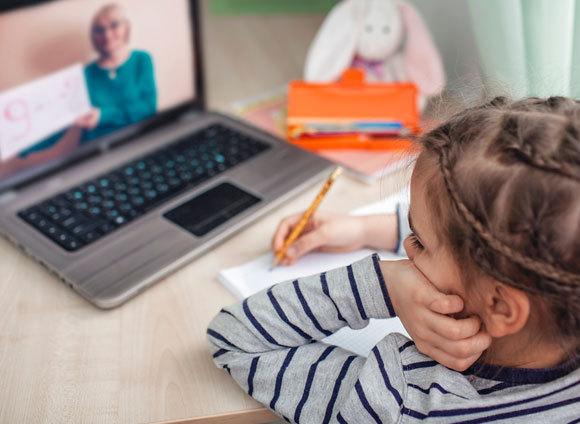 ילדה בשיעור חשבון מקוון | צילום: Maria Symchych, Shutterstock