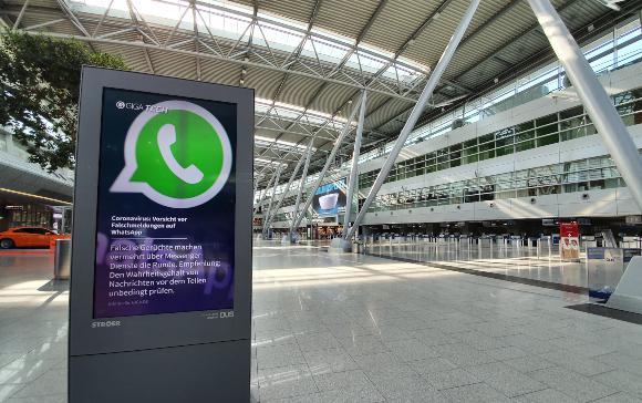 שלט אזהרה מפני פייק ניוז בנמל התעופה של דיסלדורף, גרמניה | צילום: HeimatPlanet, Shutterstock