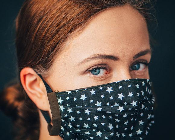 אישה עם מסכת בד ביתית | צילום: kovop58, Shutterstock
