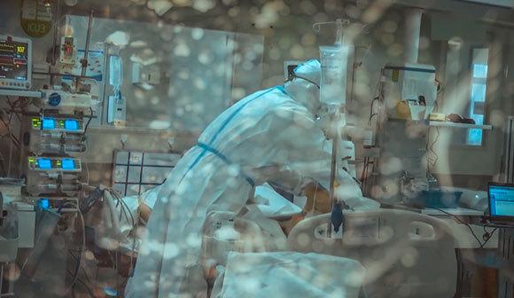 חולה קורונה בטיפול נמרץ | צילום: shutter_o, Shutterstock