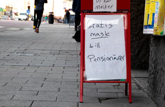 צריך לנסות להאט ככל האפשר את התפשטות המגפה. שלט מחוץ לחנות שמציעה מסכות הגנה חינם לפנסיונרים | איור: Susie Hedberg, Shutterstock