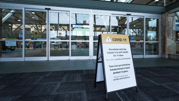 הצלחת המודל תלויה בין השאר בתיאום בין האזורים. אזהרת בידוד בנמל תעופה במערב קנדה | צילום: Adam Melnyk, Shutterstock