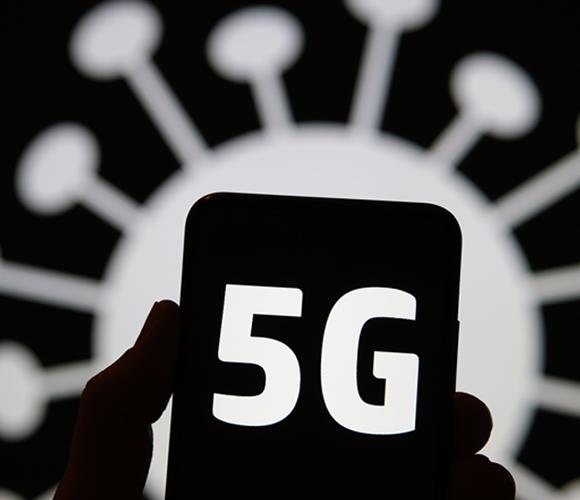 כרזה הקושרת בין נגיף הקורונה לדור החמישי של טכנולוגגית תקשורת סלולרית | צילום: Ascannio, Shutterstock