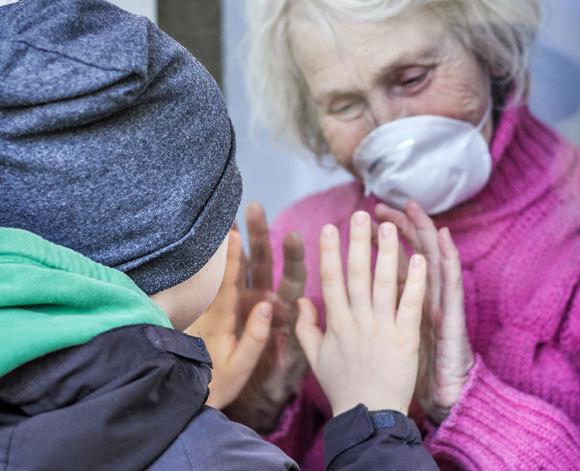 סבתא ונכד מופרדים במחיצה | צילום: Alonafoto, Shuttestock