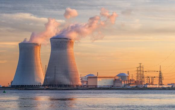 """תחנת הכוח הגרעיני דואל ליד אנטוורפן. ה""""עשן"""" הוא למעשה אדי מים   צילום: TonyV3112, שאטרסטוק"""