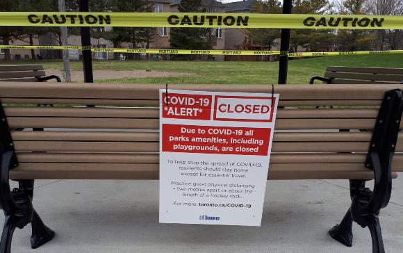 חומרת ההגבלות תלויה בחומרת המצב. גן עירוני סגור בטורונטו בשיא המגפה | צילום: Gregory Desrosiers, Shutterstock
