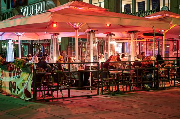 בית קפה פתוח בשוודיה בשיא ההתפרצות באפריל | צילום: RolandL, Shutterstock