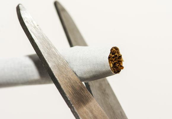 אילוסטרציה של מספריים גוזרות סיגריה | Shutterstock, stocksre